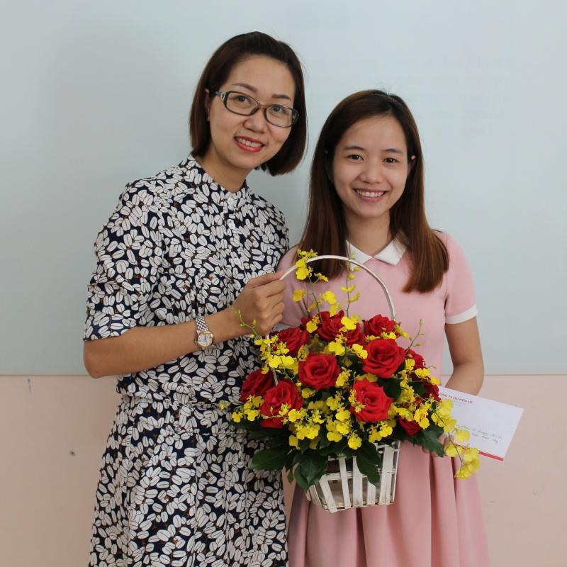 UE tặng hoa cho các thầy cô giáo dạy IELTS - Mừng ngày nhà giáo Việt Nam 20/11